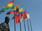 Libertador Simón Bolívar y banderas de los países andinos