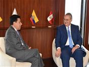 Previo al acto de condecoración, el Embajador Allan Wagner fue recibido por el Secretario General de la Comunidad Andina, Walker San Miguel.