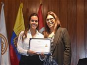 Entrega de certificados a la practicante del Servicio Jurídico