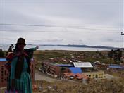 Emma Chura, pobladora de Huatajata nos muestra la zona beneficiada con el proyecto