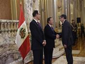 Saludo al Canciller Néstor Popolizio.  (Fotos: Presidencia Perú)