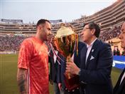Secretario General de la CAN, Jorge Hernando Pedraza entregó a David Ospina, arquero de la Selección Nacional de Fútbol de Colombia, la Copa Comunidad Andina.